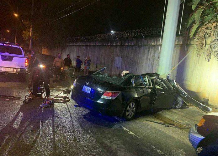 Una joven impacta con su vehículo un poste en Dorado